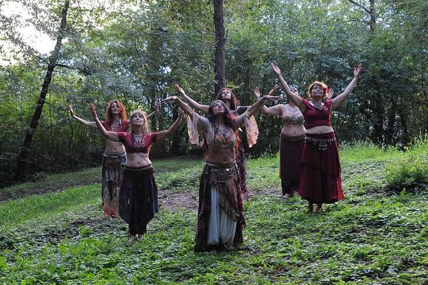 Danza tribal nel bosco